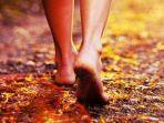 berjalan-tanpa-alas-kaki.jpg