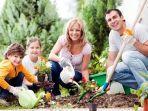 berkebun-besama-keluarga-menanam-bunga-berkebun-besama-anak-berkebun-besama-isteri.jpg