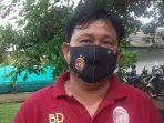 coach-sriwijaya-fc-budiarjo-thalib-pake-masker.jpg