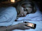 dari-anti-sosial-hingga-tumor-otak-inilah-risiko-jika-meletakkan-gadget-di-dekat-ranjang-saat-tidur_20180725_083049.jpg