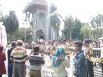 demo-warga-di-depan-pt-pusri-palembang11_20171214_163135.jpg