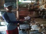 eko-supandi-menunjukkan-jamur-tiram-siap-panen-di-embung-pembesaran.jpg
