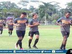 emain-sriwijaya-fc-trial-mengikuti-latihan-di-lapangan-atletik-luar-jsc-palembang.jpg