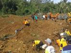 evakuasi-korban-longsor-di-dusun-caok-desa-karangrejo-kecamatan-loano-purworejo_20160620_101534.jpg