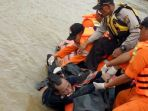 evakuasi-korban-speedboat_20171126_215609.jpg