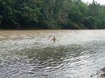 foto-arsip-seorang-bocah-mandi-di-sungai-di-kabupaten-musi-rawas-utara-muratara.jpg
