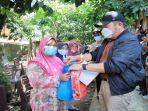 h-herman-deru-memberikan-bantuan-kepada-warga-yang-mendapat-musibah-banjir-bandang.jpg