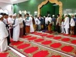 halal-bi-halal-salam-salaman-lebaran_20180613_092118.jpg