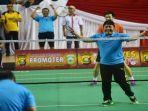 herman-deru-bermain-badminton.jpg