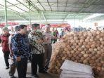 herman-deru-tinjau-proses-pembuatan-santan-kelapa.jpg