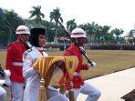 ivo-trisia-pembawa-baki-dalam-upacara-pengibaran-bendera-merah-putih-di-griya-agung.jpg