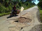 jalan-berlubang-di-kabupaten-muratara.jpg