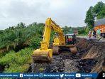 jalan-nasional-di-desa-bungamas-kecamatan-kikim-timur-kabupaten-lahat-ambles.jpg
