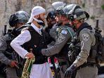 jemaah-baru-saja-setelah-sholat-jumat-dan-diperiksa-oleh-polisi-israel.jpg