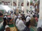 jemaah-solat-jumat-di-masjid-suro-palembang-di-tengah-wabah-virus-corona.jpg