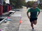 jogging-agility-dan-dribbling-latihan-rutin-winger-sriwijaya-fc-rahel-radiansyah.jpg