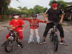 kapten-tim-sriwijaya-fc-ambrizal-bersepedaan-bersama-kedua-anaknya.jpg