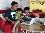 kapten-tim-sriwijaya-fc-ambrizal-tengah-mengajari-anak-anaknya-di-rumah-9.jpg