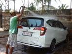 karyawan-eg-jaya-car-wash-mencuci-mobil-pelanggannya1_20170918_150458.jpg