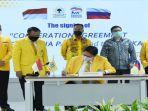ketua-umum-dpp-partai-golkar-dr-ir-h-airlangga-hartarto-mmt-mba-menandatangani-kerja-sama-mou.jpg