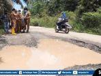 kondisi-ruas-jalan-poros-kabupaten-di-kecamatan-megang-sakti-kabupaten-musirawas.jpg