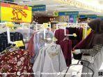 konsumen-berbelanja-produk-cuci-gudang-di-hypermart-palembang-indah-mall7.jpg