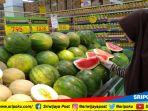 konsumen-hypermart-palembang-square-ps-mall-tengah-memilih-produk-buah-segar_20180817_151535.jpg