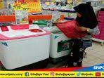 konsumen-tengah-memilih-produk-elektronik-di-hypermart-palembang-indah-mall-pim.jpg