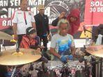 kunto-hartono-masih-menggebuk-drum-di-bkb-palembang-kamis-512017_20170105_114429.jpg