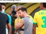 lionel-messi-pakai-rompi-fotografer-argentina-vs-brasil-kualifikasi-piala-dunia-2022.jpg