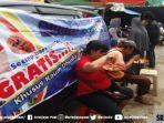 makan-gratis-di-mobile-shadaqoh-milik-yusli-family-pasar-cinde-palembang.jpg