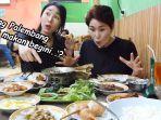 makan-pindang-patin-di-palembang-youtuber-asal-korea-hari-jisun-dan-mamanya-iri-sama-orang-palembang.jpg