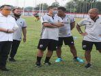 manajer-muba-babel-united-bersama-tim-pelatih.jpg