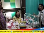 meilani-dan-anaknya-yang-lahir-17-agustus-saat-dikunjungi-pihak-rsk-charitas_20180818_105712.jpg