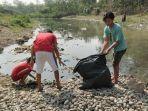 membersihkan-sampah-di-sungai.jpg