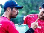 meski-diguyur-hujan-pelatih-sriwijaya-fc-nil-maizar-dan-para-pemain-sriwijaya-fc.jpg