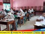 murid-smk-pgri-muaradua-ujian-nasional-kertas_20180403_143042.jpg