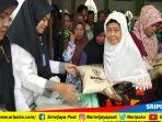 paket-sembako-dibagikan-oleh-badan-amil-zakat-nasional-baznas-kabupaten-muaraenim_20180606_170924.jpg