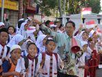 para-pelajar-sdn-129-palembang-girang-menyambut-piala-adipura_20170803_115007.jpg