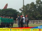 para-pemain-timnas-indonesia-sepakbola-wanita-saat-diber-arahan-oleh-pelatih-satia-bagja_20180815_162335.jpg
