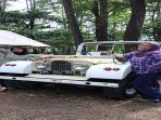 para-pengunjung-mengabadikan-foto-dengan-mobil-antik.jpg