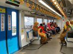para-penumpang-saat-turun-di-stasiun-djka-jakabaring-palembang-usai-naik-lrt.jpg