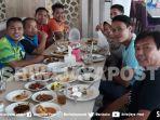 para-skuat-bulutangkis-indonesia-beserta-jajaran-pelatih-saat-makan-bersama_20181008_085758.jpg