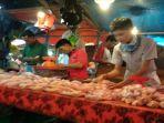 pedagang-ayam-potong-sedang-menyusun-ayam-jualannya-di-pasar-inpres-lubuklinggau.jpg