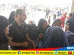 pelajar-berdialog-dengan-seorang-turis-asing-di-benteng-kuto-besak-bkb-palembang_20180821_142433.jpg