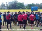 pelatih-kepala-sriwijaya-fc-budiardjo-thalib-bersama-asistennya-memberikan-pengaraha.jpg