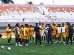pelatih-sriwijaya-fc-nil-maizar-pengarahan-kepada-skuad-jelang-liga-2-2021.jpg