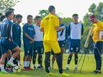 pelatih-sriwijaya-fc-nil-maizar-saat-memberikan-pengarahan-kepada-pemain-jelang-liga-2-2021.jpg