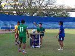 pemain-sriwijaya-fc-asik-bermain-teqball.jpg