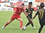 pemain-sriwijaya-fc-hambali-saat-mengawal-striker-persija-jakarta-marko-simic.jpg